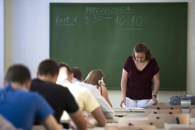 Hallgatók feladatlapot töltenek ki műszaki angol nyelvi próbanyelvvizsgán a Budapesti Műszaki és Gazdaságtudományi Egyetem Nyelvvizsgaközpontjában. (Kép forrása: MTI Fotó, Marjai János)