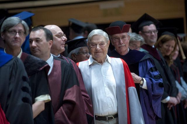 Soros György magyar származású amerikai üzletember, a Soros Alapítvány elnöke, a Közép-európai Egyetem (CEU) alapítója (j5) és John Shattuck, az egyetem rektora (j4) az egyetem diplomaosztó ünnepségén 2013-ban. (Kép forrása: MTI Fotó, Marjai János)