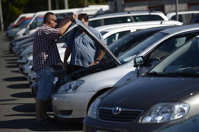 Autókereskedő egy autót mutat egy érkelődőnek a Fővárosi Autópiacon, a XIX. kerületi Nagykőrösi úton. A fotó 2013-as, de most is pont ugyanaz van a magyar autópiacon, mint 4 éve - csak még öregebbek az autók. MTI Fotó: Kovács Tamás