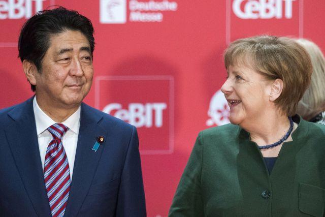 Abe Sindzó japán kormányfő és Angela Merkel német kancellár  a CeBIT megnyitóünnepsége kezdetén az észak-németországi Hannoverben 2017. március 19-én.  Forrás: MTI/EPA/Karsten Koall