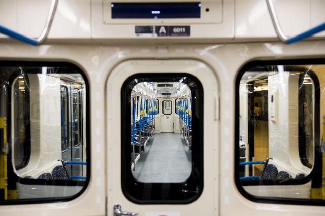 A 3-as vonalon közlekedő első felújított metrószerelvény a Határ úti megállóban (Kép forrása: MTI Fotó, Balogh Zoltán)