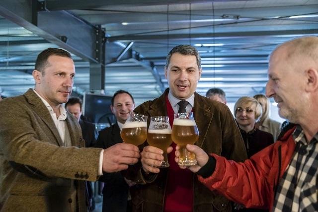 Lénárd András, a Csíki Sör Manufaktúrát üzemeltető Lixid Project Kft. vezetője (b), Lázár János Miniszterelnökséget vezető miniszter és Simonffy Árpád sörfőző mester (b-j) sörrel koccint az Igazi Csíki Sört gyártó csíkszentsimoni sörfőzdében 2017. március 24-én. Az Igazi Csíki sör betiltásáról hozott január végi ítélet óta a sörfőzde Igazi Tiltott Sör néven gyártja a sört. MTI Fotó: Veres Nándor