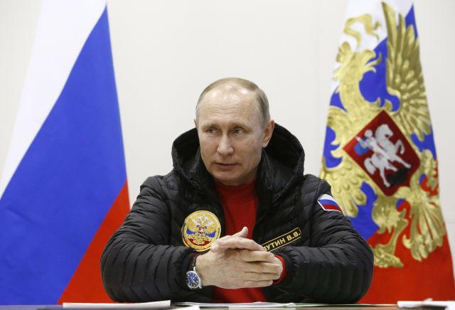 Vlagyimir Putyin orosz elnök egy katonai bázison (Kép forrása: MTI/EPA pool/Szergej Karpuhin)