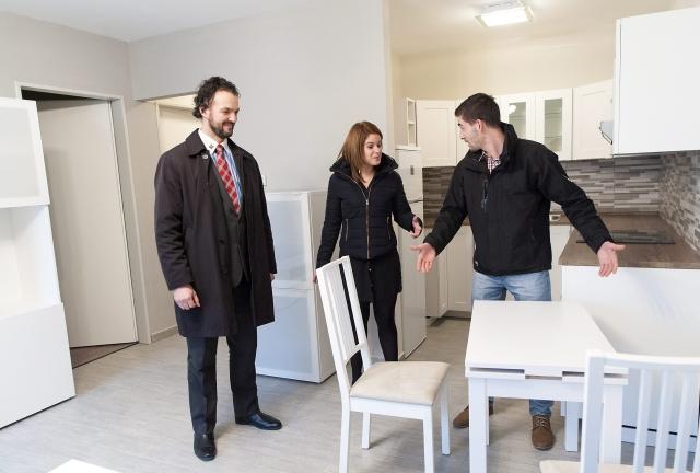 Egy ingatlanközvetítő lakást mutat egy fiatal párnak. MTI Fotó: Krizsán Csaba
