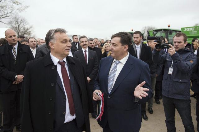 Orbán Viktor miniszterelnök és Mészáros Lőrinc felcsúti polgármester a Búzakalász 66 Felcsút Kft. bányavölgyi mangalicatelepének avatásán Alcsútdobozon 2014-ben. (Kép forrása: MTI Fotó, Koszticsák Szilárd)