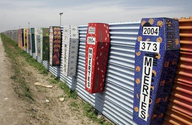 Tijuana. Jelképes koporsók a határkerítésen az egyes években a határon ehunytak számával. (Tomas Castelazo, Wikimedia Commons)