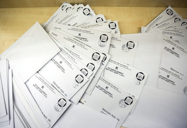 Adóbevallások a Magyar Posta 62-es hivatalában a fővárosi Teréz körúton. (Kép forrása: MTI Fotó, Mohai Balázs)