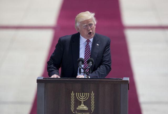 Donald Trump amerikai elnök beszél a lodi Gurion repülőtéren tartott fogadási ünnepségén 2017. május 22-én. Forrás: MTI/AP/Oded Balilty