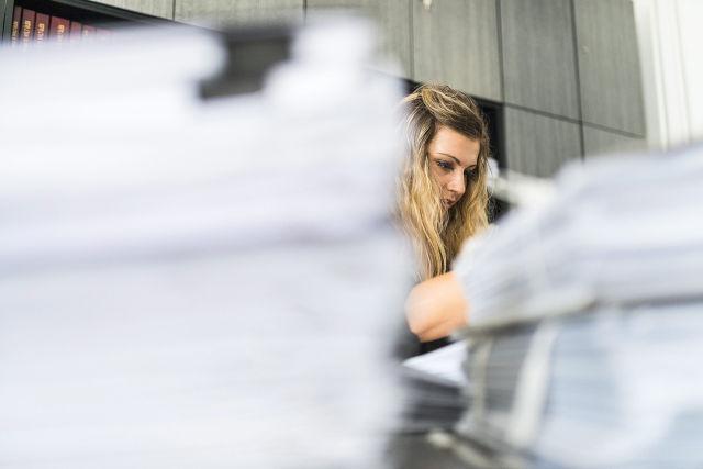 Egy diákmunkás irodai kisegítő munkát végez a nyíregyházi önkormányzat hivatalában (Kép forrása: MTI Fotó, Balázs Attila)