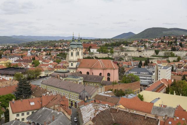 A Páduai Szent Antal-templom (minorita templom) és a vár látképe az Eszterházy Károly Egyetem Varázstornyának terasza felől Egerben 2017. április 12-én.(Kép forrása: MTI Fotó, Komka Péter)