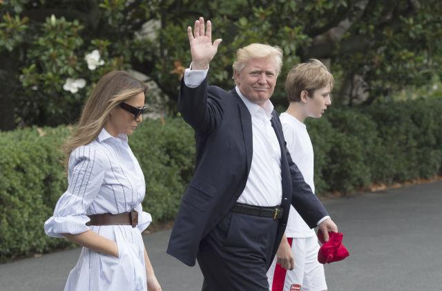 Trump, felesége és fiúk a Fehér Házból indulnak Camp Davidbe (Kép forrása: EPA/MOLLY RILEY)
