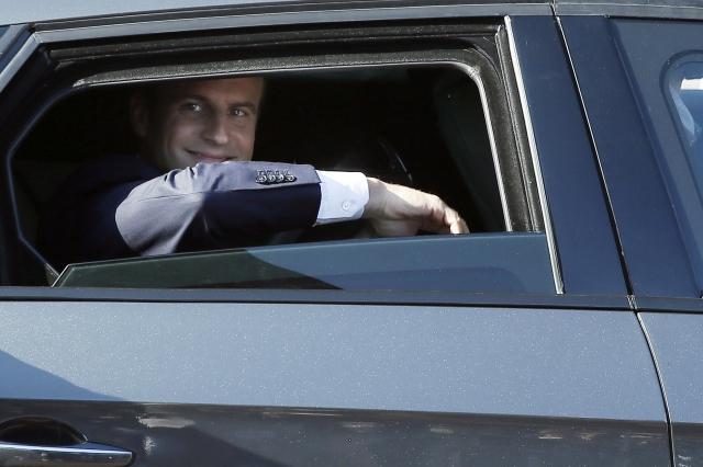 Emmanuel Macron francia elnök egy autóban ül szavazata leadás után az észak-franciaországi Le Touquet településen 2017. június 18-án, a kétfordulós francia parlamenti választások második fordulójának napján. (MTI/EPA/Etienne Laurent)