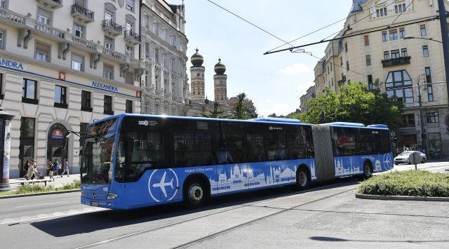 A közvetlen repülőtéri buszjárat. A Liszt Ferenc-repülőtér és a Deák Ferenc tér között július 8-ától közlekedik a 100E jelzésű járat. (Kép forrása: MTI Fotó: Illyés Tibor)