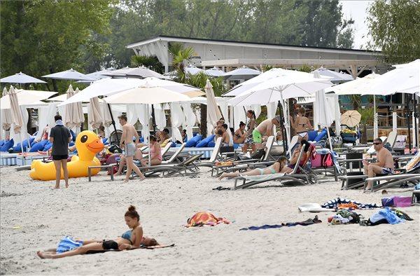 Strandolók a kánikulában a fővárosi Lupa-tónál 2017. július 10-én. MTI Fotó: Illyés Tibor
