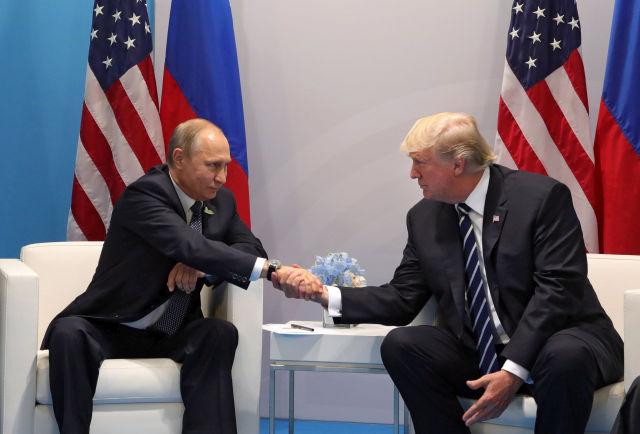 Vlagyimir Putyin orosz és Donald Trump amerikai megbeszélése a G20 hamburgi csúcstalálkozójának első napján, 2017. július 7-én. (MTI/EPA/Szputnyik/Orosz elnöki sajtószolgálat pool/Mihail Klimentyev)