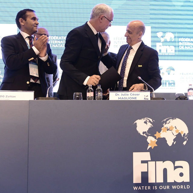 Julio C. Maglione, a Nemzetközi Úszó Szövetség (FINA) elnöke (j), Balog Zoltán, az emberi erőforrások minisztere (k) és Gyárfás Tamás, a FINA alelnöke (b) a szövetség Budapesti sajtótájékoztatóján 2017. július 17-én. A FINA döntése értelmében a 25 méteres medencés vb-nek 2022-ben az oroszországi Kazany, két évvel később pedig a magyar főváros lesz a házigazdája. MTI Fotó: Szigetváry Zsolt