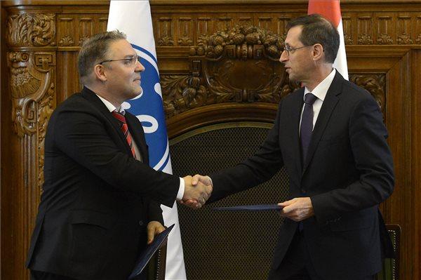 Varga Mihály nemzetgazdasági miniszter (j) és Joerg Bauer, a GE Magyarország elnöke kezet fog, miután szándéknyilatkozatot írtak alá a Nemzetgazdasági Minisztériumban 2017. július 17-én. Ez alapján a General Electric (GE) csatlakozik a kormány beszállító-fejlesztési programjához. MTI Fotó: Soós Lajos