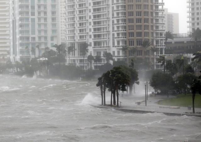Aljas csalók támadnak: hogy lehet milliárdokat keresni a pusztító katasztrófákon?