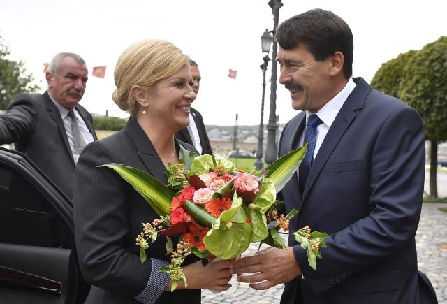 Áder János köztársasági elnök virágcsokorral fogadja Kolinda Grabar-Kitarovic horvát államfőt a Sándor-palotánál 2017. szeptember 12-én.MTI Fotó: Illyés Tibor