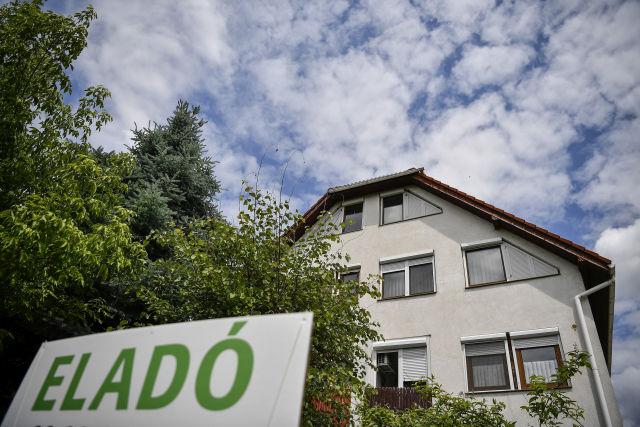 Eladó lakást hirdető felirat egy debreceni társasház előtt (Forrás: MTI Fotó, Czeglédi Zsolt)
