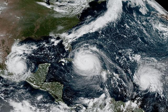 A National Oceanic and Atmospheric Administration fotóján egyszerre három hurrikán, Katia, Irma és José 2017 szeptember 8-án.