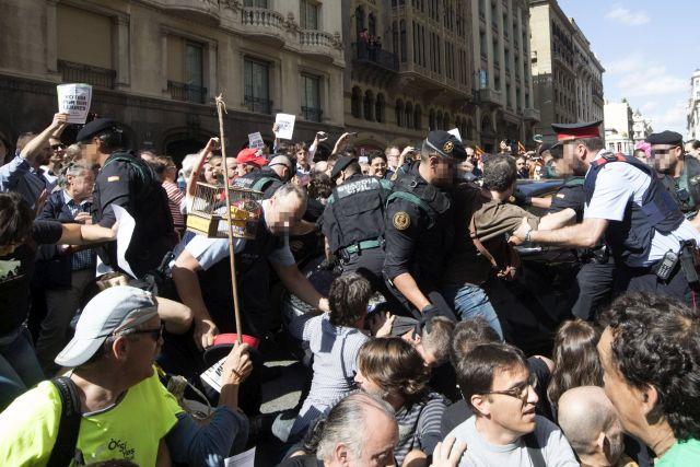 Függetlenségpárti tüntetők és csendőrök csapnak össze a katalán regionális külügyminisztérium előtt 2017. szeptember 20-án, mivel a spanyol csendőrség házkutatást kezdett itt és más katalán kormányzati épületekben, valamint több magas rangú tisztviselőt őrizetbe vett a Katalónia függetlenségéről tervezett népszavazás ügyében. Forrás:MTI/EPA/Marta Pérez