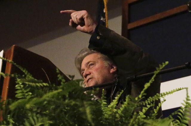 Steve Bannon, az amerikai elnök volt stratégiai főtanácsadója az Alabama állambeli Montgomeryben. (MTI/AP Brynn Anderson)
