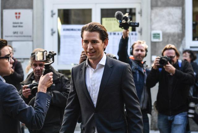 Sebastian Kurz osztrák külügyminiszter, az Osztrák Néppárt (ÖVP) elnöke és kancellárjelöltje egy szavazóhelyiség előtt az előrehozott parlamenti választásokon Bécsben 2017. október 15-én. (MTI/EPA/Christian Bruna)