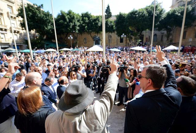 A Daphne Caruana Galizia máltai oknyomozó újságíró előző napi meggyilkolása miatt tüntetnek a vallettai bíróság előtt. (MTI/AP/Rene Rossignaud)