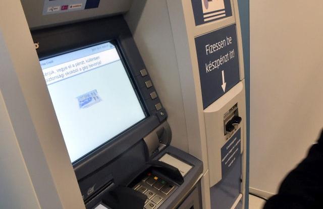 Pénzkiadó automata az Erste bankfiókjában Újbudán  (Fotó forrása: MTI Fotó, Máthé Zoltán)