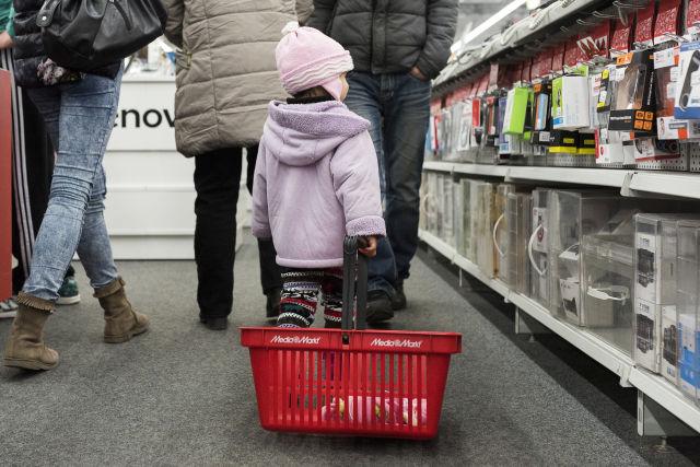 Vásárlók a fekete péntek napján az egyik elektronikai áruházban (Forrás: MTI Fotó, Balázs Attila)