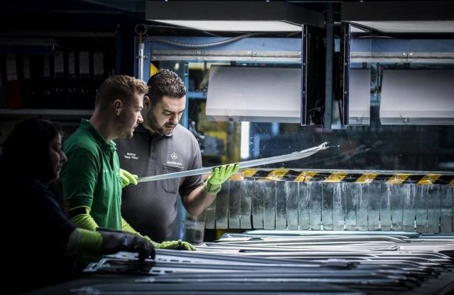 Papp Péter frissen végzett karbantartást felügyelő művezető Makai Róbert kollégája társaságában karosszériaelemeket ellenőriz a kecskeméti Mercedes-Benz-gyár présüzemében 2017. november 29-én. A gyár művezető munkatársai számára a Mercedes-Benz Manufacturing Hungary Kft. és a Német-Magyar Ipari és Kereskedelmi Kamara szervezett, Magyarországon egyedülálló ipari művezető képzést, amelynek első végzős hallgatói ezen a napon vették át diplomájukat. MTI Fotó: Ujvári Sándor