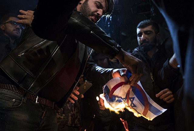 Izraeli zászlót égetnek palesztin tüntetők. EPA/TOLGA BOZOGLU