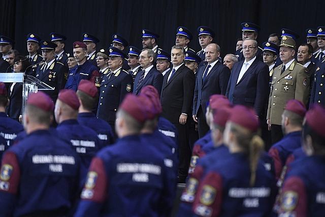 Orbán Viktor miniszterelnök a határvadászképzés második és harmadik ütemében kinevezett tiszthelyettesek ünnepélyes eskütételén. MTI Fotó: Koszticsák Szilárd