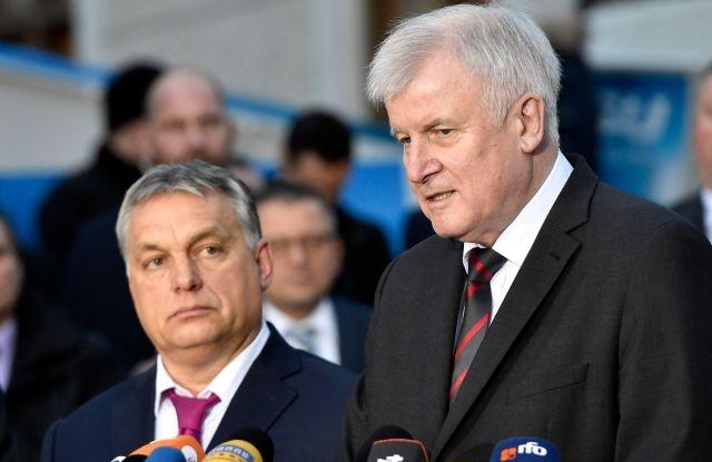 Horst Seehofer bajor tartományi miniszterelnök és Orbán Viktor miniszterelnök a Keresztényszociális Unió (CSU) CSU parlamenti képviselői tanácskozásának második napján tartott sajtótájékoztatón a bajorországi Seeon kolostor udvarán 2018. január 5-én. MTI Fotó: Máthé Zoltán