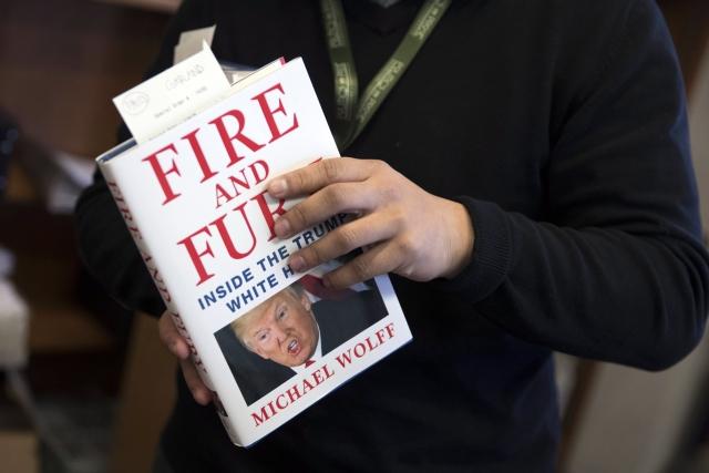 Michael Wolff amerikai író-újságíró Fire and Fury: Inside the Trump White House (Tűz és düh – Trump Fehér Háza) című könyvének előrendelt példánya a washingtoni Politics and Prose könyvesboltban. (Fotó forrása: MTI/EPA/Shawn Thew)