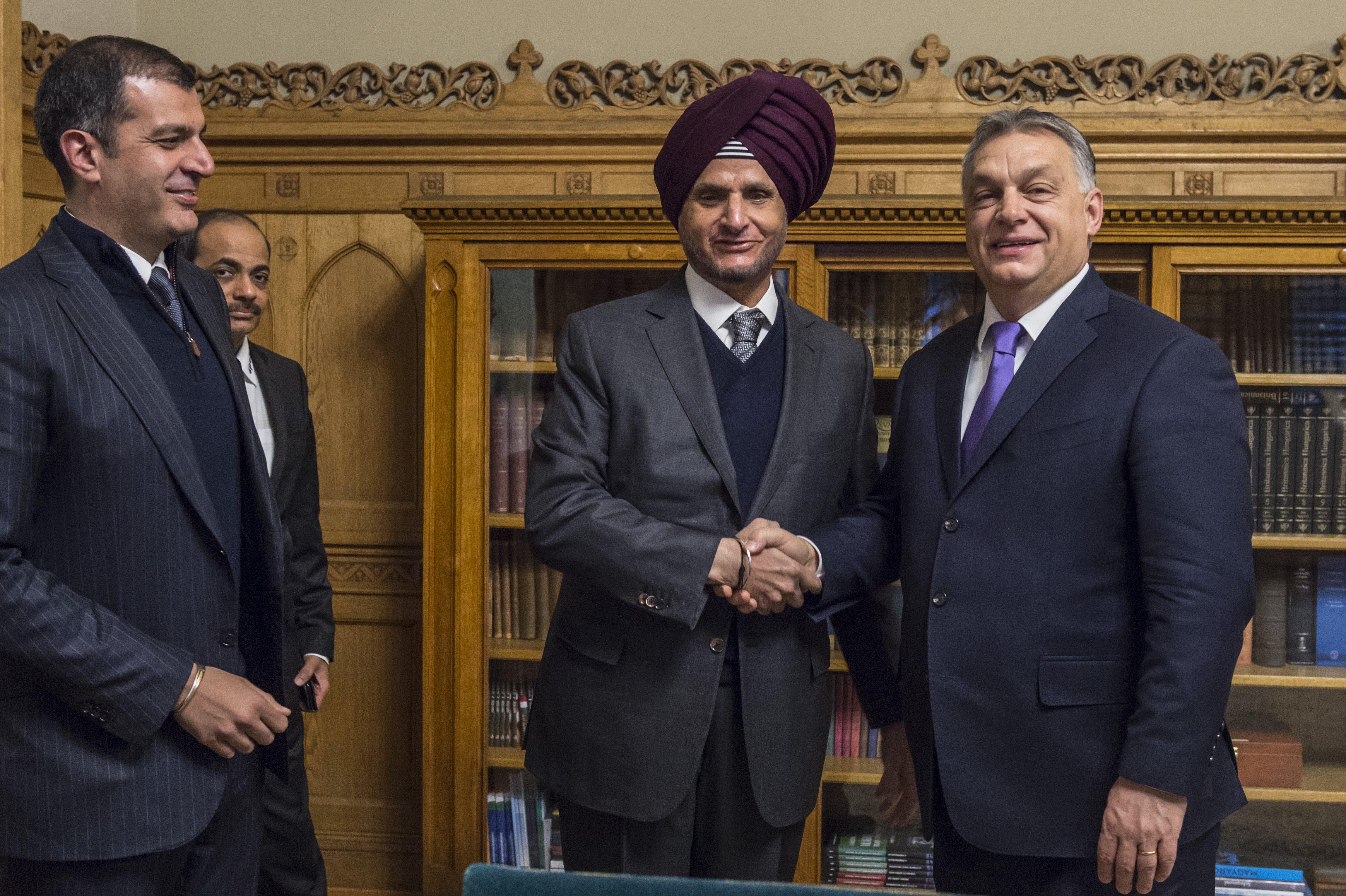 Orbán Viktor miniszterelnök fogadja Onkar Kanwart, az Apollo Tyres Ltd. elnökét (j2) és Neeraj Kanwar alelnököt, ügyvezető igazgatót (b) (Fotó forrása: Miniszterelnöki Sajtóiroda / Árvai Károly MTI Fotó: Miniszterelnöki Sajtóiroda / Árvai Károly)