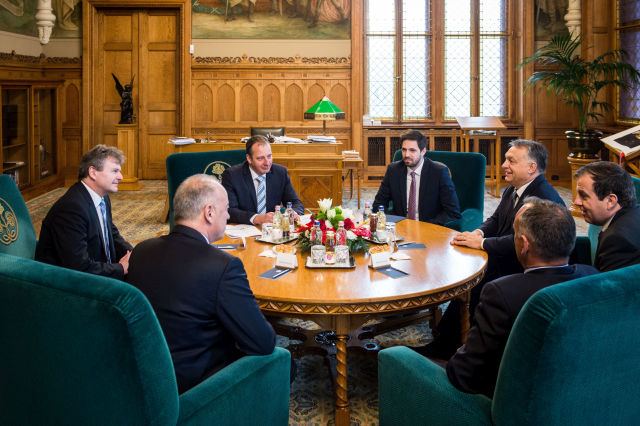 Orbán Viktor miniszterelnök (j3), valamint Achim Heinfling, az Audi Hungaria Zrt. igazgatóságának elnöke (b), Peter Kössler, az Audi AG termelésért felelős igazgatótanácsi tagja (b2, háttal) és Borkai Zsolt, Győr polgármestere (j2, háttal). Mellettük Lőre Péter, az Audi Hungaria kommunikációs és kormánykapcsolati igazgatója (b3) és Magyar Levente, a Külgazdasági és Külügyminisztérium parlamenti államtitkára (b4). (Fotó forrása: MTI Fotó/ Miniszterelnöki Sajtóiroda / Botár Gergely)