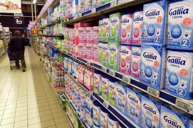 A Lactalis termékei egy francia üzletben (Fotó forrása: EPA/SEBASTIEN NOGIER)