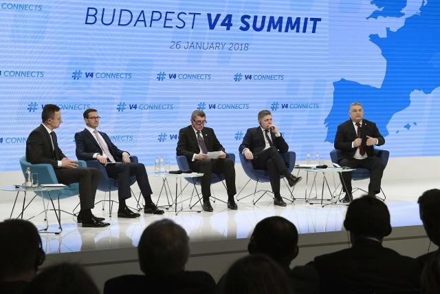 Orbán Viktor kormányfő beszél (j), mellette Mateusz Morawiecki lengyel (b2), Andrej Babis cseh ügyvivő miniszterelnök  (j3) és Robert Fico szlovák kormányfő (j2), valamint Szijjártó Péter külgazdasági és külügyminiszter mint moderátor (b) a visegrádi országok (V4) kormányfői panelbeszélgetésén (Fotó forrása: MTI Fotó, Koszticsák Szilárd)