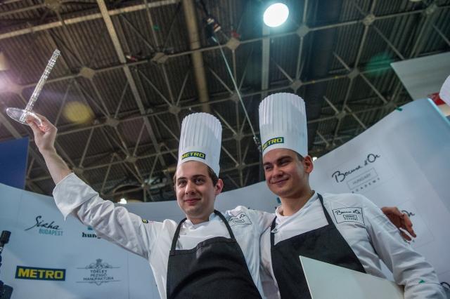 Pohner Ádám, a Kistücsök étterem séfhelyettese (b) és segítője, Csillag Richard ünneplik győzelmüket a Bocuse d'Or magyar döntőjét követő eredményhirdetésen. MTI Fotó: Balogh Zoltán
