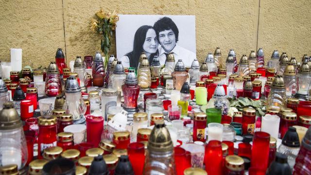 Mécsesek és virágok a meggyilkolt Ján Kuciak szlovák tényfeltáró újságíró és élettársa, Martina fényképe előtt, Pozsonyban (Fotó forrása: MTI/TASR/Jakub Kotian)