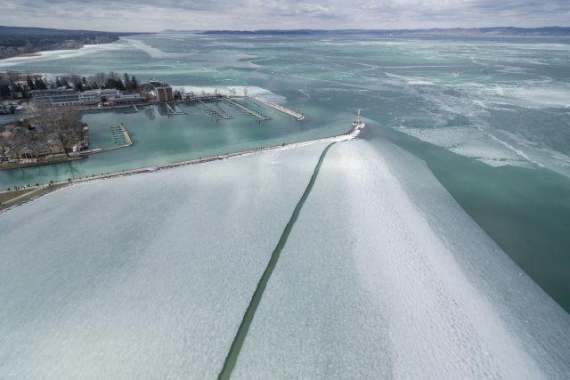 Olvadó, megtört jégtáblák a Balatonban a siófoki kikötőnél 2018. március 11-én. MTI Fotó: Sóki Tamás
