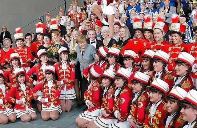 Angela Merkel (szürkében) egy északnémet karneváli rendezvényen (Forrás: Merkel Instagrammja)