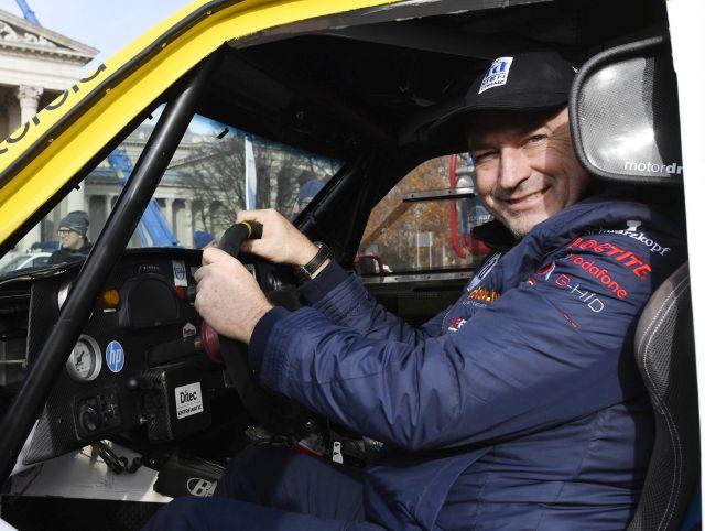 A 40. Dakar-ralira készülő Opel Dakar Team tagja, Szalay Balázs pilóta ül Opel Crossland X típusú versenyautójában a csapat indulása alkalmából tartott sajtótájékoztatón a fővárosi Hősök terén 2017. november 22-én.MTI Fotó: Illyés Tibor