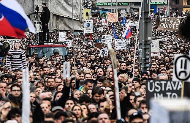 Friss hírek: Egyre inkább úgy tűnik, hogy Szlovákia komoly belpolitikai válságba süllyed Ján Kuciak oknyomozó újságíró meggyilkolása után. A népharag már elsodorta a (volt) belügyminiszter Robert Kalinákot, és Robert Fico kormányfő is lemondásra kényszerült. A kormány egyelőre még tartja a hatalmat, de komoly tüntetéseken követelik az előrehozott választásokat.