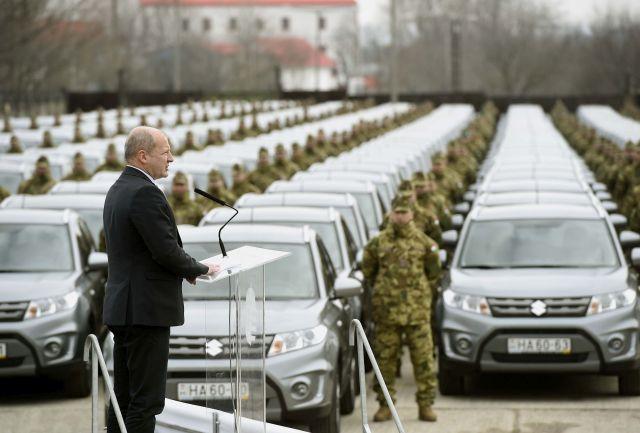 Simicskó István honvédelmi miniszter beszédet mond a honvédség 250 új Suzuki Vitara típusú autójának átadásán Budapesten, a Magyar Honvédség Anyagellátó Raktárbázisán 2018. március 26-án. (Fotó forrása: MTI Fotó: Bruzák Noémi)