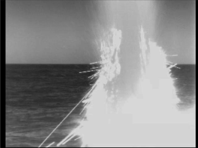 Az amerikai védelmi minisztérium által közreadott képen az amerikai haditengerészet egyik tengeralattjárójáról Tomahawk robotrepülőgépet lő ki szíriai célpontra 2018. április 14-én. Április 14-én hajnalban az amerikai, a brit és a francia haderő légicsapásokat hajtott végre szíriai vegyifegyver-létesítmények ellen arra hivatkozva, hogy a szíriai kormányhadsereg követte el az április 7-i kelet-gútai vegyifegyver-támadást. (MTI/AP/Amerikai védelmi minisztérium)