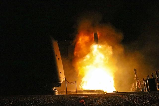 Az amerikai haditengerészet által közreadott felvételen Tomahawk cirkálórakétát indítanak szíriai célpontok felé az amerikai Monterey repülőgép-hordozó fedélzetéről a Vörös-tengeren 2018. április 14-én. (MTI/AP/Amerikai haditengerészet/Trey Fowler)