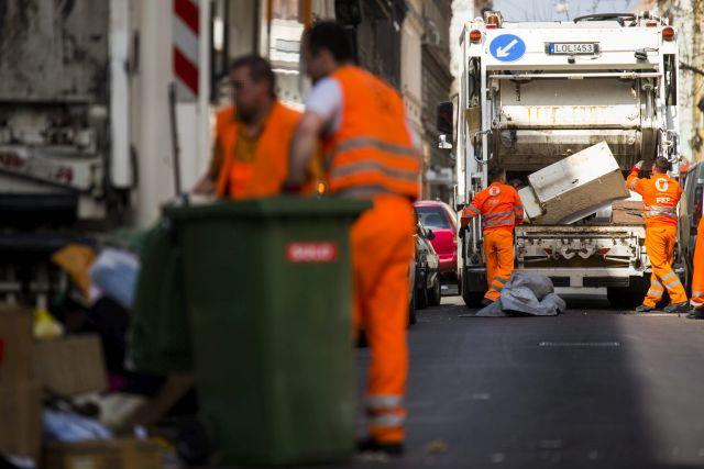 A Fővárosi Közterület-fenntartó Zrt. munkatársai begyűjtik és elszállítják a lomtalanításkor keletkezett hulladékokat a VIII. kerületi Lujza utcában (MTI Fotó: Balogh Zoltán)